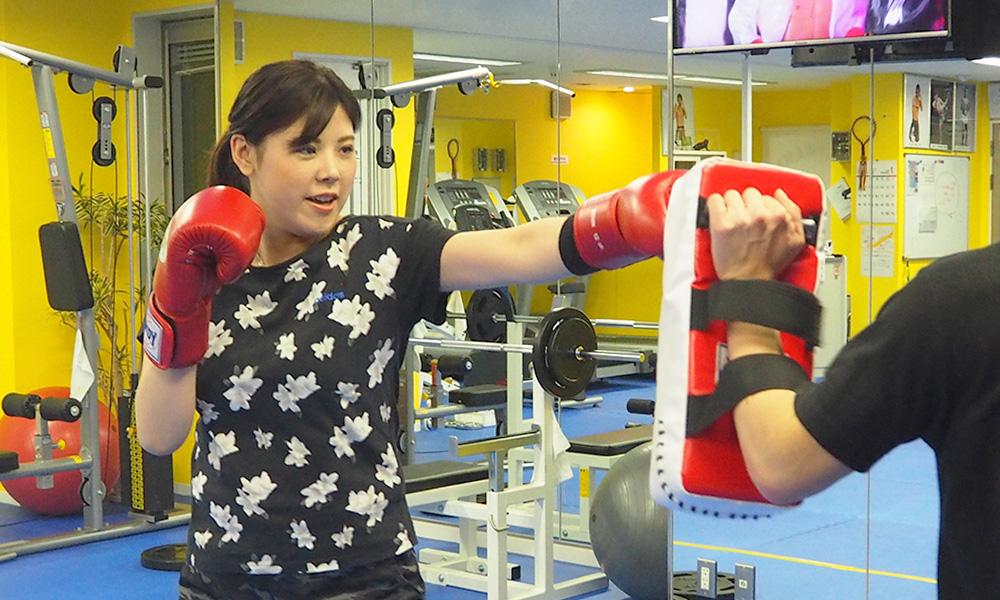 トレーナー指導のもと行う キックボクシングエクササイズ